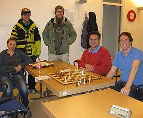 Erwachsene lernen Schach