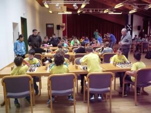 Im Vordergrund spielen die Mannschaften Schachschule 3 und 5, am Tisch dahinter Schachschule 4