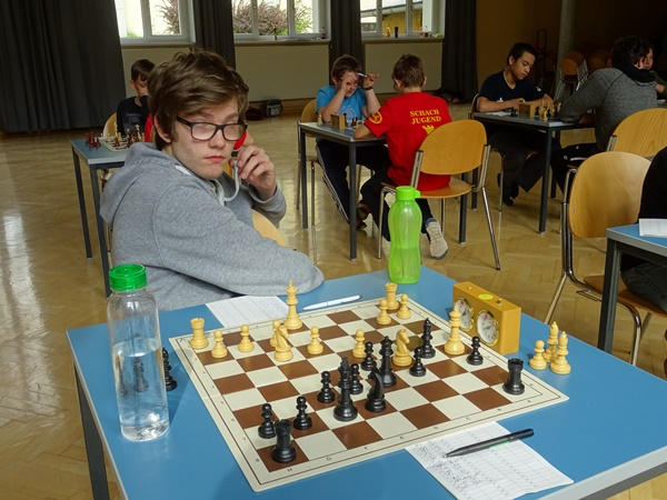 Stefan LEITL bei der Partie mit Laurin WISCHOUNIG. Stefan steht etwas besser und es gelingt ihm innerhalb der nächsten Züge, den Läufer mit a4 einzusperren (Laurin müsste e6-e5-e4 spielen, um dies zu verhindern).