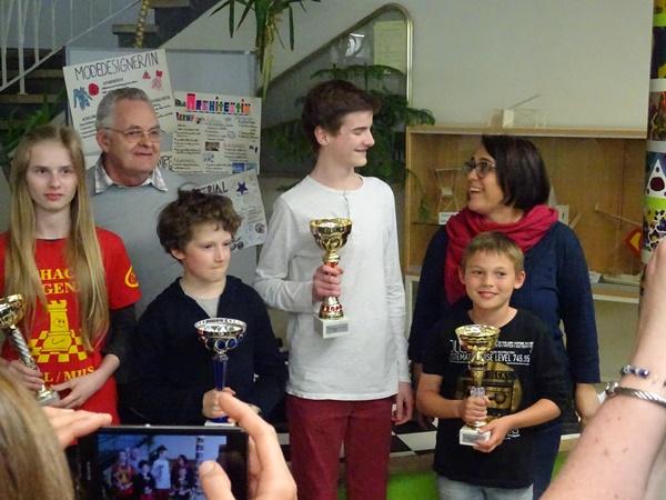 Die Sieger des A-Turniers. Von links nach rechts: Miriam WURZER (7., beste weiblicher Teilnehmerin), Josef KREUTZ (Schiedsrichter), Quentin HALLER (3.), Laurin WISCHOUNIG (1.), Benjamin KIENBÖCK (2.), Karin SCHNEGG (Organisatorin).