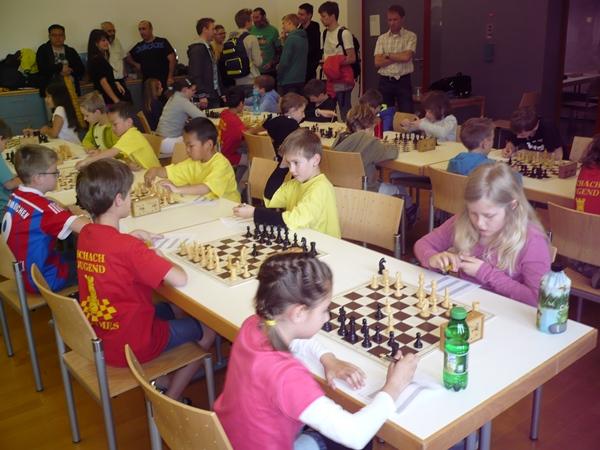 Die vier TeilnehmerInnen der Schachschule spielen in der ersten Runde nebeneinander: vrnl. Sandra ZEDROSSER, Emanuel SCHWEIGHOFER, Anand MYAGMAR, Amarbayar MYAGMAR