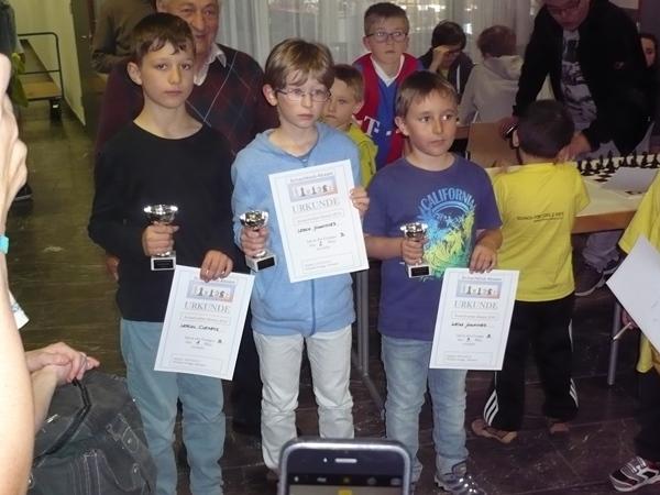 Die Sieger des B-Turniers mit ernster Miene: vlnr. Clemens LERCHL (1.), Johannes LERCH (2.), Johannes WEISS (3.)