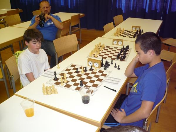 Valentin BINDER (l.) gegen Tobias LASER (r.). Die Stellung ist für Valentin (schwarz) gewonnen, aber der Sieg ist recht anspruchsvoll zu realisiern. Ergebnis: Remis.