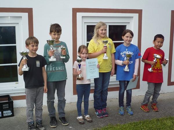 Die SiegerInnen des B-Turniers vlnr.: Justus LERCHL (3. Platz, 4 Pkt., 14,5 Bh.), Clemens LERCHL (1. Platz, 5 Pkt., 15 Bh.), Sarah PRIMUS (8. Platz, 3 Pkt., 15 Bh.), Sandra ZEDROSSER (11. Platz, 3 Pkt., 13 Bh.), Julia ZEINDL (16. Platz, 2,5 Pkt., 15,5 Bh.), Gan-Erdene NARANKHUU (2. Platz, 4 Pkt., 15,5 Bh.)