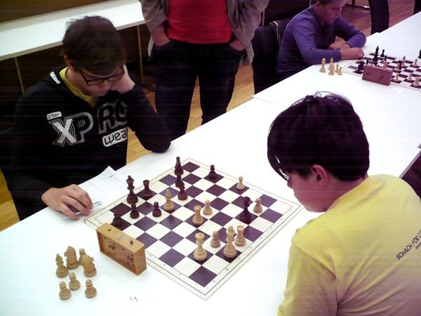 Victor NAT (weiß) gegen Stefan LEITL (schwarz): Victor ist materiell und von der Stellung her im Vorteil. Er sollte den Druck mit Zügen wie Da3 erhöhen, spielt aber Lg3. Nach De3+ könnte sich dann Stefan mit einem doppelten Tausch auf d4 entlasten und in einem etwas schlechteren Endspiel noch auf ein Remis hoffen.