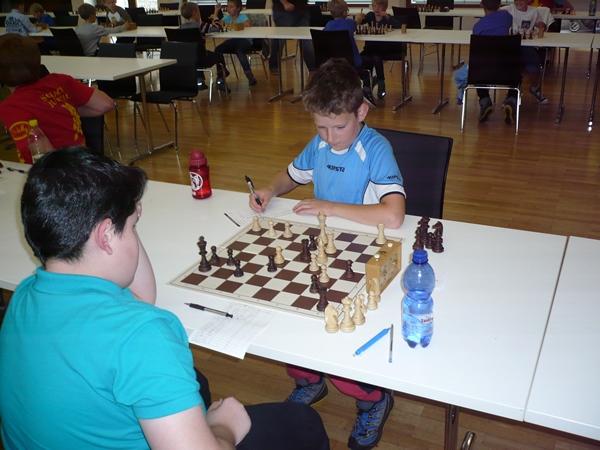 Quentin HALLER (weiß) und Gor TUMANYAN (schwarz): Quentin ist bereits materiell im Vorteil (Läufer) und kann diesen Vorteil problemlos in einen Sieg ummünzen.