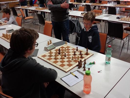 Stefan LEITL (vorne, weiß) gegen Johannes LERCH (hinten , schwarz): Nach ...Ta8 hat Stefan keine Verteidigung gegen die aufgestellten Drohungen (z.B. ...Ta2+)