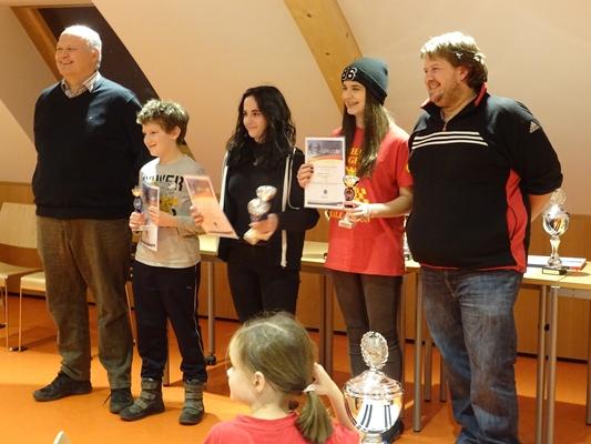 Siegerehrung der Tagesgewinner: vlnr.: Johannes DUFTNER (Präsident des Tiroler Schachverbands), Quentin HALLER (3. Platz), Nicole Samantha PAPARELLA (1. Platz), Belma SAKIC (2. Platz), Stefan RANNER (Schiedsrichter).