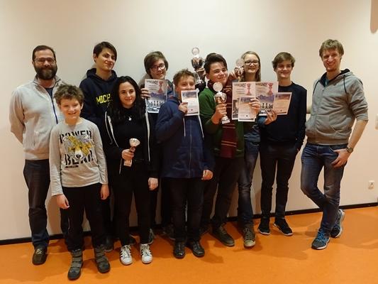 So sehen Sieger der Tiroler Schachschule aus. vlnr: Armin MOSER (Leiter der Tiroler Schachschule), Quentin HALLER (3. bei der U12-Gesamtwertung), Peter NAT, Nicole Samantha PAPARELLA (Tagessiegerin), Stefan LEITL (Sieger der U16-Gesamtwertung), Maximilian VINATZER, Victor NAT (2. bei der U14-Gesamtwertung), Paul HIRNSCHALL (3. bei der U14-Gesamtwertung), Laurin WISCHOUNIG (Schnellschach), Christoph IRSCHICK (Betreuer)